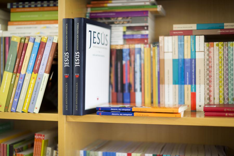 algunos libros editados por PPC en una estantería