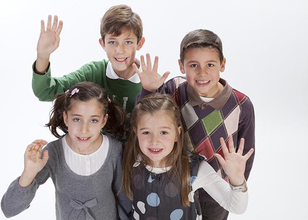 grupo de niños alumnos de etapa primaria en el colegio